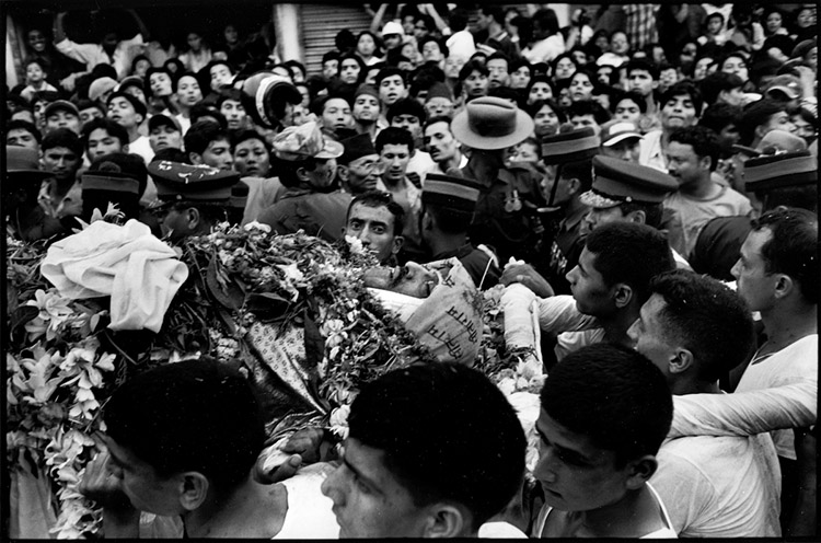 Slain King Birendra is carried through the streets of Kathmandu by his bodyguards. Kathmandu, Nepal 2nd June 2001
