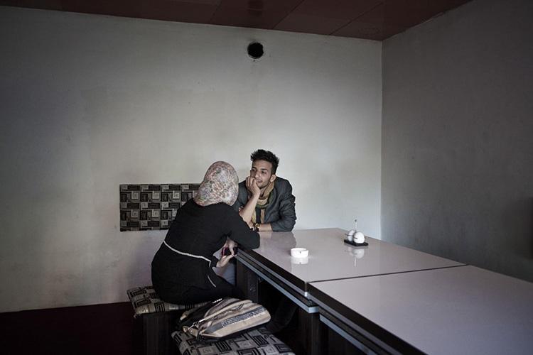 Basir a un rendez-vous galant dans un café. Sa petite-amie est en fait sa cousine. A Kaboul, la plupart des flirts se font entre cousins éloignés ou entre collègues ; se voir dans le cadre familial ou sur son lieu de travail évite de se faire démasquer. Kaboul, Afghanistan 2013.