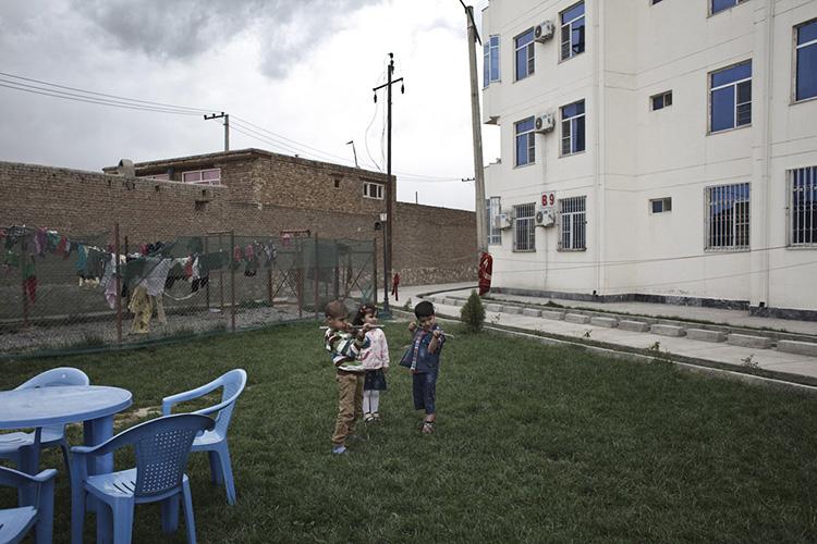 Des enfants jouent «à la guerre» dans la résidence de Shahrak-e Aria, nouveaux complexes immobiliers à l'accès réglementé en périphérie nord de la ville. Kaboul, Afghanistan 2013.