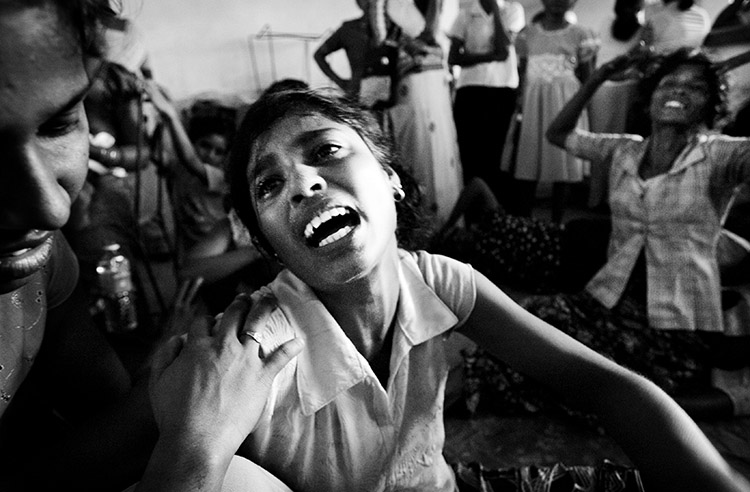 Q. Sakamaki Family members of victims of the June 15 bus attack mourn before the mass burial. The attack was the biggest tragedy since the 2002 ceasefire agreement. The Sri Lankan government accuses the LTTE rebels of the terror, but the Tamil political organization denies the claim. Kabithigollewa, Sri Lanka. June 16 2006.